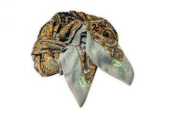 """<p class=""""caption"""">Wärmendes Tuch in reiner Wolle mit Paisley- Motiv 270 Euro. Erhältlich bei Gössl in Schruns.</p>"""