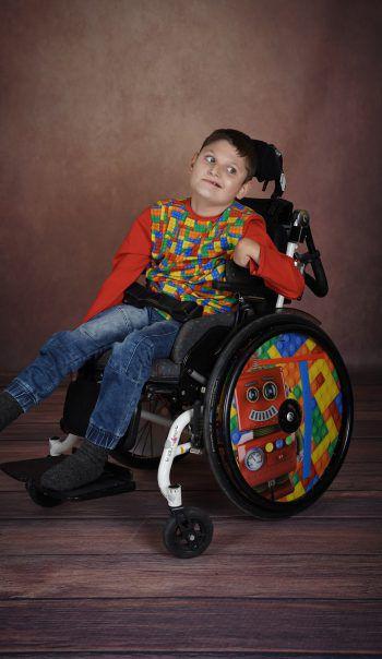WANN & WO-Patenkind Emilian braucht einen Geh- und Bewegungstrainer, um beweglich zu bleiben. Fotos: handout/Valisa Photography