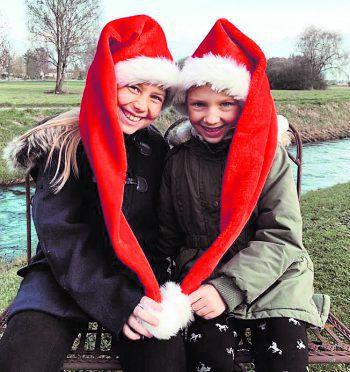 "<p class=""caption"">Weihnachtselfen: Lena und Mia.</p>"