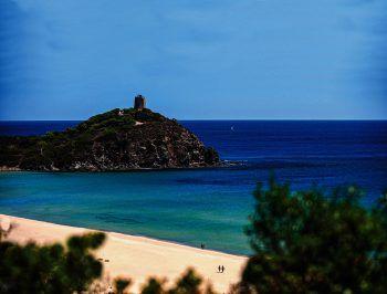 """<p class=""""caption"""">Wie Perlen reihen sich die Buchten mit ihrem goldenen Sand und dem klaren, türkisfarbenem Meer aneinander.</p>"""