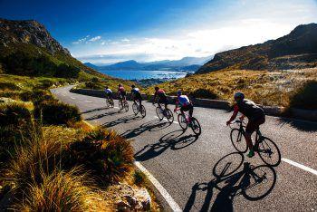 """<p class=""""caption"""">Wildromantische Berge und herrliche Küsten können bei den Rad- und Wanderreisen entdeckt werden.</p>"""