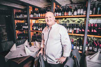 Wirt Thomas Zwerger im Weinkeller des Kornmessers in Bregenz. Ein edler Tropfen – oder ein Augustiner Bier – gehört für den 43-Jährigen zu gutem Essen einfach dazu.Fotos: Sams