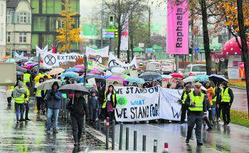 Zwischen 1500 und 2000 junge und alte Klimaaktivisten marschierten am Freitag durch die Bregenzer Innenstadt.Fotos: W&W/Küng