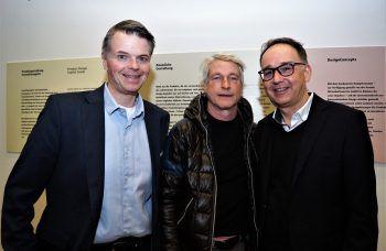 """<p class=""""caption"""">Alexander Frischmann (Prisma), Künstler Marco Spitzar und Stefan Nachbaur (Prisma).</p>"""