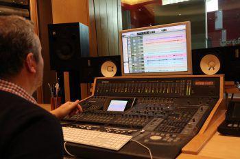 """<p class=""""caption"""">Am Mischpult bringt Marco Adami alle Spuren zusammen und verpasst den Liedern den letzten Schliff.</p>"""