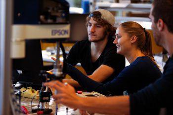 An der FH Vorarlberg sinddie technischen Labors auf höchstem Niveau eingerichtet und stehen Studierenden rund um die Uhr zur Verfügung.