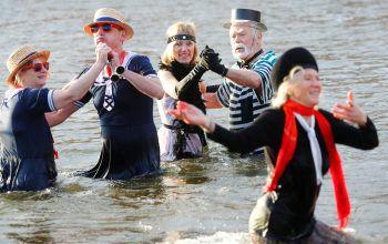 <p>Berlin. Gut gelaunt: Mitglieder eines Eis-Schwimmclubs beim Winterbaden im Orankesee.</p>