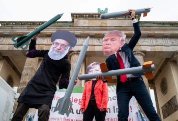 <p>Berlin. Maskiert: Demonstranten vor dem Brandenburger Tor haben sich als Ali Khamenei (Iran), Angela Merkel (Deutschland) und Donald Trump (USA) verkleidet.</p>