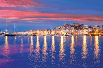 """<p class=""""caption"""">Blaues Meer, felsige Küsten, grüne Hügel und helle Sandstrände – Ibiza hat alles.</p>"""