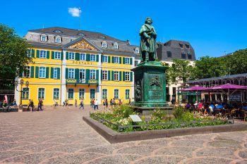 Das Beethoven-Denkmal auf dem Münsterplatz in Bonn erinnert an den berühmtesten Sohn der Stadt, den Komponisten Ludwig van Beethoven. Fotos: handout/Herburger Reisen