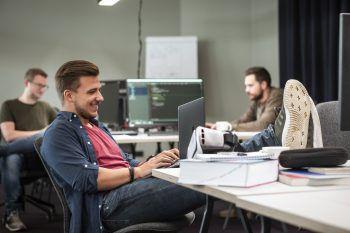 """<p class=""""title"""">Die Welt</p><p class=""""title"""">des Coding</p><p>Der Coding Campus deckt den akuten Bedarf an Nachwuchskräften in der schnell wachsenden digitalen Industrie. Über ein Praktikum steigen die Nachwuchs-Coder direkt in den Betrieb ein. In fünf Monaten Vollzeit- bzw. zehn Monaten berufsbegleitender Ausbildung werden Neulinge, Interessierte sowie Quereinsteiger am Coding Campus in Dornbirn und neu auch in Feldkirch zu Programmierern ausgebildet.</p>"""