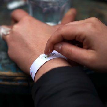 """<p class=""""title"""">Dieses Armband erkennt Tropfen</p><p>Einen Tropfen auf das Armband geben und sicher sein – denn bei KO-Tropfen & Co. verfärbt sich das Material: So einfach kann man sich mittlerweile mit speziellen Armbändern schützen. Bislang gibt es die nur online, etwa von Xantus.</p>"""