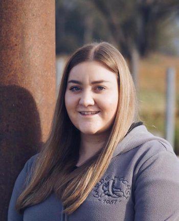 """<p>Elena, 19, Höchst: """"Als Kind war ich Teil der Kindergarde. Nun bin ich bei der Prinzengarde Höchst. Ich bin Faschingsfan!""""</p>"""