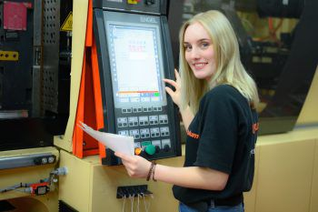 """<p class=""""title"""">Blum</p><p>Blum beliefert 120 Länder in der ganzen Welt mit seinen Produkten. 6180 Mitarbeiter hat Blum in Vorarl-berg angestellt, in ausländischen Werken sind 8349 Menschen beschäftigt. www.blum.com</p>"""