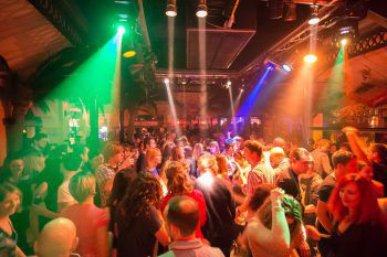 Mit neuer Lichtanlage auf der Tanzfläche und der neuen Cocktailbar wird im El Capitán in den Frühling gestartet. Tanzen bis in die Morgenstunden ist angesagt.