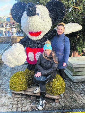 """<p class=""""caption"""">Man bleibt nur einmal ein Kind: Martina mit ihrer besten Freundin Katka im Disneyland.</p>"""