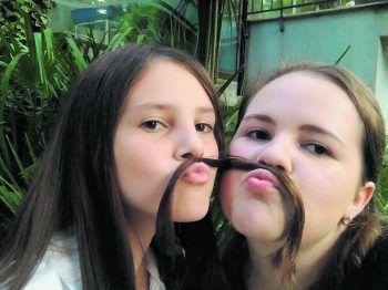 """<p class=""""caption"""">Mehr als Geschwister: Lara mit ihrer Schwester und besten Freundin in Italien.</p>"""