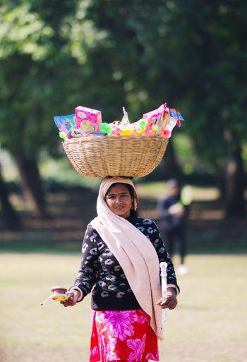 <p>Neu Delhi. Ausbalanciert: Mit einem Korb voller Spielsachen wartet diese Frau im Park auf Kunden.</p>