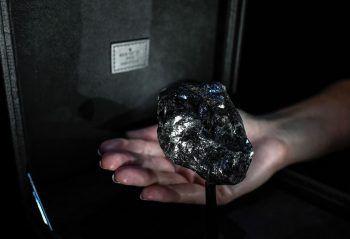<p>Paris. Faustgroß: Der zweitgrößte Rohdiamant der Welt mit 1758 Karat wird im Vendome's Louis Vuitton Luxury Shop ausgestellt.</p>