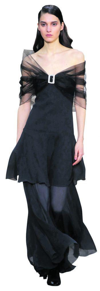 Paris. Schick: Ein Model präsentiert eine Kreation der Designerin Virginie Viard auf einer Modenschau von Chanel.