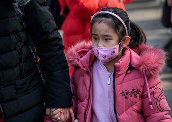 <p>Peking. Präventiv: Ein Mädchen trägt eine Maske zum Schutz gegen eine neuartige Lungenkrankheit. Vier Menschen fielen dem Virus bereits zum Opfer.</p>