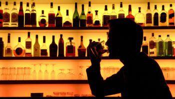 Raus? Vorher austrinken!Die denkbar einfachste Möglichkeit ist es, erst dann rauszugehen, wenn man sein Getränk vollständig geleert hat. So braucht man es schließlich nicht stehen lassen und kann sich nach dem Zurückkommen ein sicheres, frisches Glas holen – und dann auch gut auf dieses aufpassen.