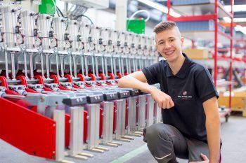 """Sandro Topalovic, Maschinenbautechniker, IMA Schelling: """"Ich mache eine Maschinenbautechnik-Lehre bei IMA Schelling. Mir gefällt an diesem Beruf besonders das Zusammenbauen der Maschinen. Außerdem bietet IMA Schelling ein tolles Prämiensystem für Lehrlinge an, was gleich noch mehr motiviert. Wer sich für eine Lehre interessiert, sollte schnuppern kommen!"""""""
