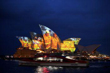 <p>Sydney. Symbolisch: Das Opernhaus in Sydney wird zu Ehren der Helfer in den betroffenen Buschfeuer-Gebieten mit Fotos bespielt.</p>