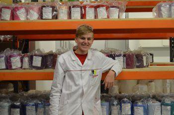 """<p>Timon Langebner, Labortechniker, Getzner Textil: """"Ich absolviere mein zweites Lehrjahr bei Getzner Textil und bin wirklich zufrieden! Chemie faszinierte mich seitdem ich ein kleiner Junge war. Die Firma Getzner Textil war mir von Anfang an sympathisch. Schon beim ersten Schnuppertag, wusste ich, dass ich mich hier als Labortechniker bewerben werde. Das Arbeitsklima ist wirklich gut. Meine Kolleginnen und Kollegen sind engagiert und unterstützen mich sehr bei meiner Ausbildung.""""</p>"""