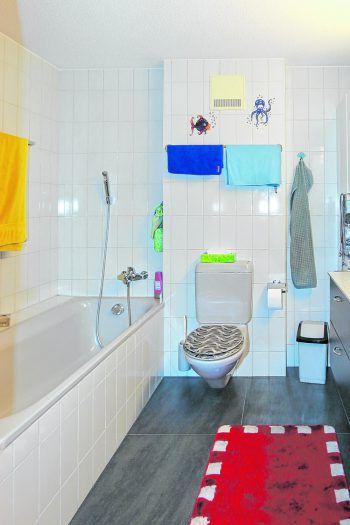 Vorher. Badewanne mit hohemEinstieg, vielen Fugen undschwieriger Reinigung.