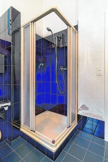 <p>Vorher. Kleine, rutschige, sehr pflegeintensive Dusche mit Absatz – Stolperfalle!</p>