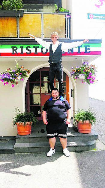"""<p class=""""caption"""">Wenn aus Arbeitskollegen Freunde werden: Giacomo und Giroe vor einer Pizzeria in Schruns.</p>"""
