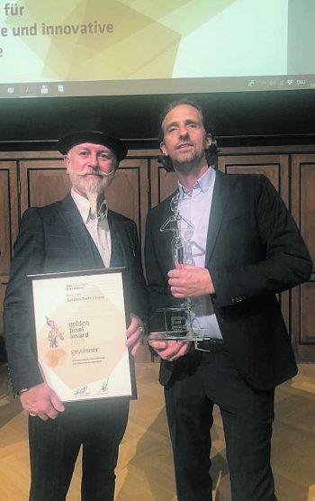 "<p class=""caption"">Wolfgang Burtscher (Getzner Textil), und Harry Gamper (BuLu), nahmen den Preis in Wien entgegen. Fotos: handout /BuLu</p>"