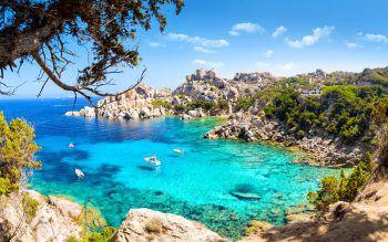 Wunderschöne Buchten erwartet die Urlauber bei der Radtour auf Sardinien.