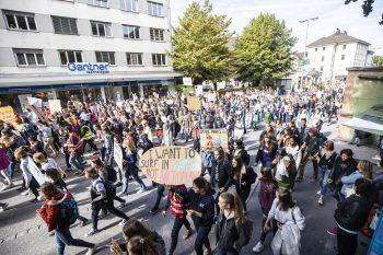 """<p class=""""title"""">4000 Teilnehmer</p><p class=""""title"""">27. September 2019. 4000 Schüler demonstrieren in Bregenz – die größte Demo bislang.</p>"""
