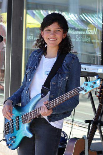 """<p class=""""caption"""">Angelika an Gitarre und Bass. </p>"""