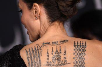 """<p class=""""title"""">Angelina Jolie</p><p class=""""title"""">Die erfolgreiche Schauspielerin trägt mehrere Tattoos. Das große Rückentattoo ist in Khmer verfasst und soll ihren Adoptivsohn Maddox beschützen.</p>"""