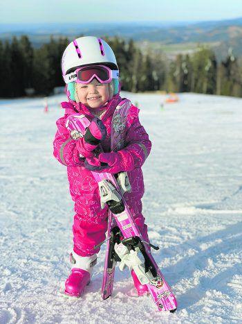 "<p class=""caption"">Aufregend: Jagnas erster Skitag!</p>"