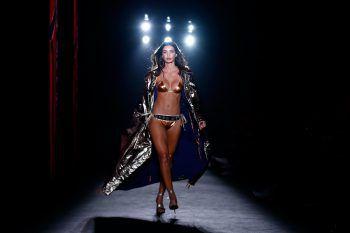 Barcelona. Sexy: Ein Model präsentiert eine Kreation aus der Custo Barcelona's Herbst – Winter 2020/2021 Kollektion im Rahmen der Barcelona Fashion Week.