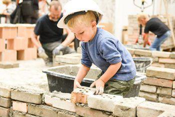 """<p class=""""title"""">Baustelle für Kinder</p><p>Gemeinsam mit der Landesberufsschule Dornbirn wird mit den kleinen Besuchern gewerkelt und gebaut. An drei Stationen können die Kleinen ihre Leidenschaft zum Bauen entdecken.</p>"""