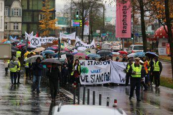 """Bei der jüngsten Demonstration von """"Fridays For Future"""" im vergangenen November marschierten rund 2000 Schüler bei Wind und Wetter lautstark und friedlich durch die Bregenzer Innenstadt.Fotos: Sams, Stiplovsek, W&W/Küng"""