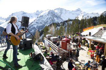 """<p class=""""caption"""">Bestens präparierte Pisten und dazu jede Menge Musik gibt es jeden Sonntag im März im Skigebiet Brandnertal.</p>"""