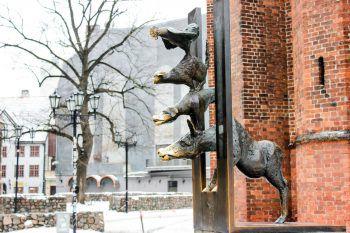 """<p class=""""title"""">               Bremer Stadtmusikanten              </p><p>Diese Skulptur unmittelbar vor der St. Petrikirch ist ein Geschenk der Partnerstadt Bremen an die lettische Hauptstadt.</p>"""