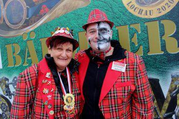"""<p class=""""caption"""">Brigitte Sinz und Niklas Engstler als bewährte Organisatoren eines stimmungsvollen Lochauer Faschingsumzug.</p>"""