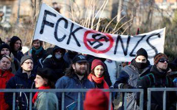 """<p>Budapest. Engagiert: Gegendemonstranten stellen sich am """"Tag der Ehre"""" in der ungarischen Haupstadt einer Neonazi-Demonstration entgegen.</p>"""