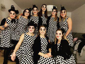 """<p class=""""caption"""">Carina und ihre Freundinnen haben sich eine Gruppen-Verkleidung überlegt.</p>"""