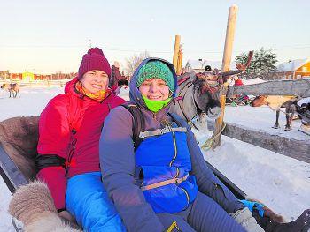 """<p class=""""caption"""">Christina und Hildegard bei den Rentieren in Finnland.</p>"""