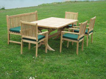 """<p class=""""caption"""">Das """"New König-Set"""" mit ausziehbarem Tisch, einer Bank und vier Stapelstühlen ist perfekt für eine Gartenparty.</p>"""