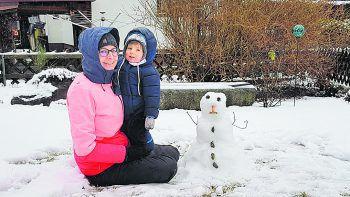 """<p class=""""caption"""">David mit seiner Mama beim Schneemann bauen.</p>"""