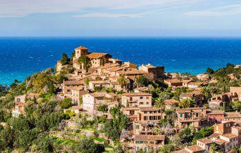 """<p class=""""caption"""">Deià, das Künstlerdorf"""" von Mallorca – wildromantisch, verträumt und nur einen Steinwurf vom Mittelmeer entfernt.</p>"""